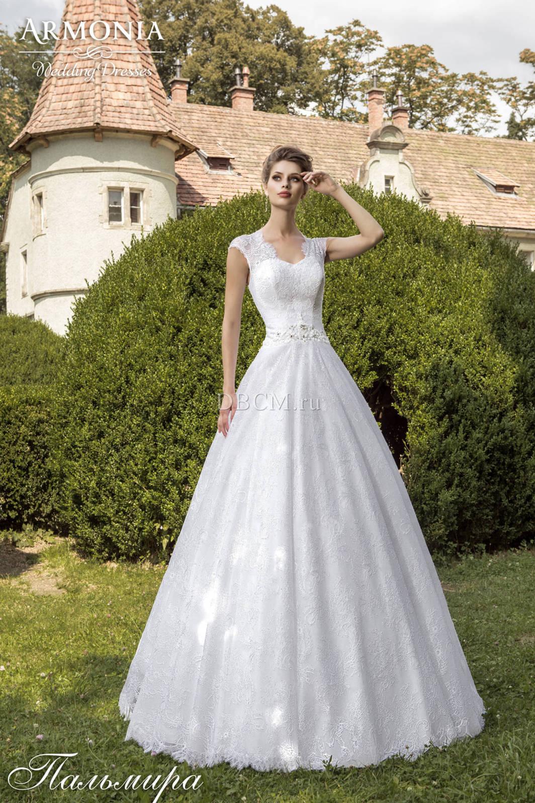 белое джинсовое платье с кружевом